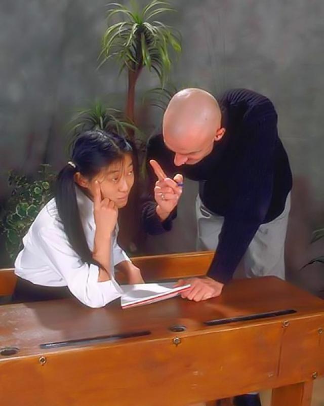 Строгий учитель трахает японскую студентку в кабинете