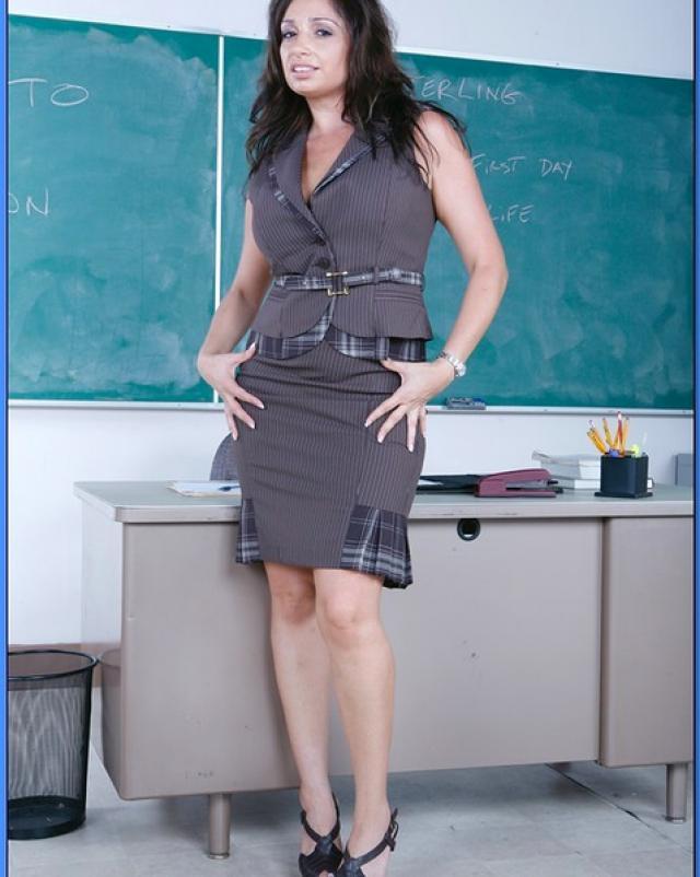 Зрелая преподавательница трахается на рабочем столе в аудитории