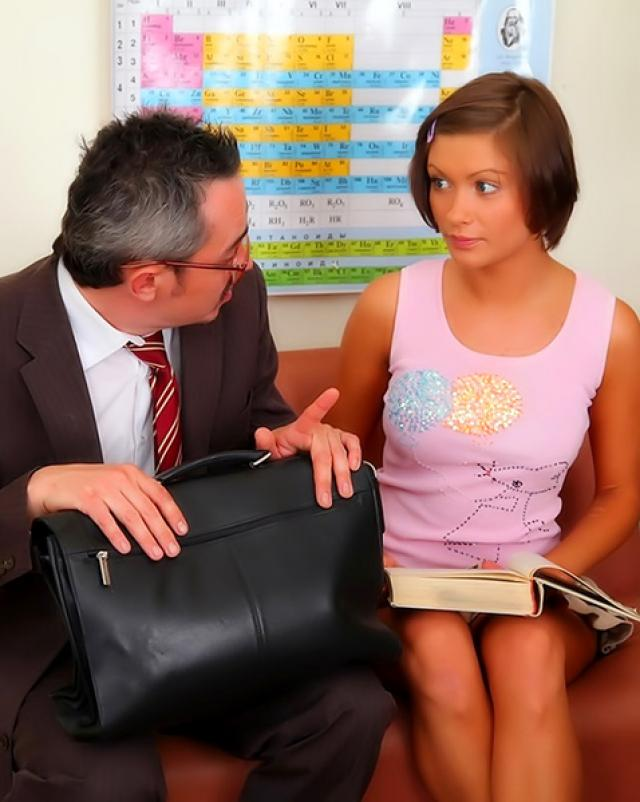 Преподаватель поймал прогуливающую студентку и сочно оттрахал