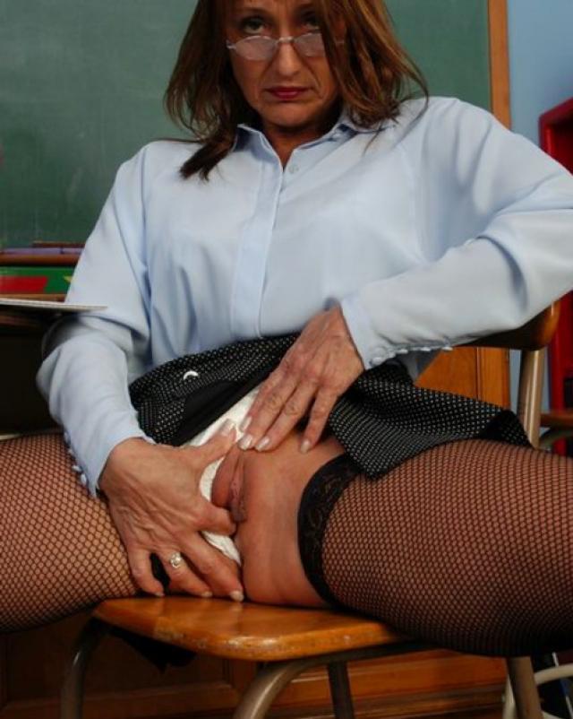 Зрелая училка вставляла в свою киску пальчики
