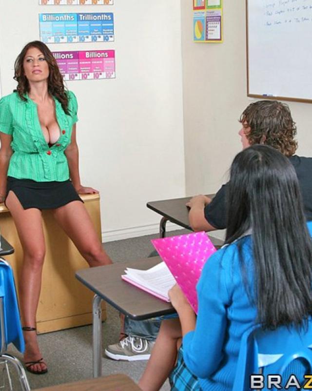 Невоспитанный студент трахнул училку в киску на столе