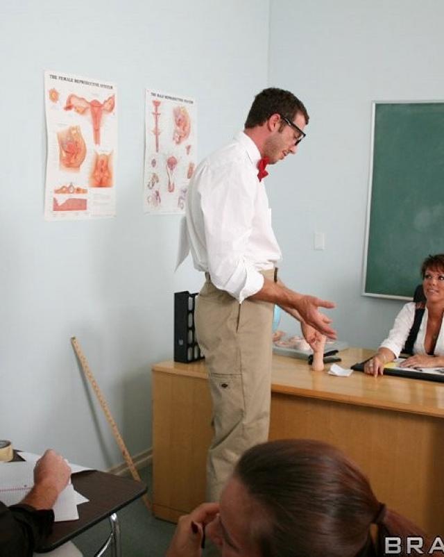 Дикая училка потрахалась в бритую киску с лучшим студентом на рабочем столе
