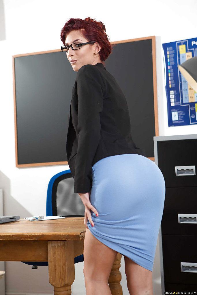 Сексуально озабоченная преподавательница позирует голой на столе