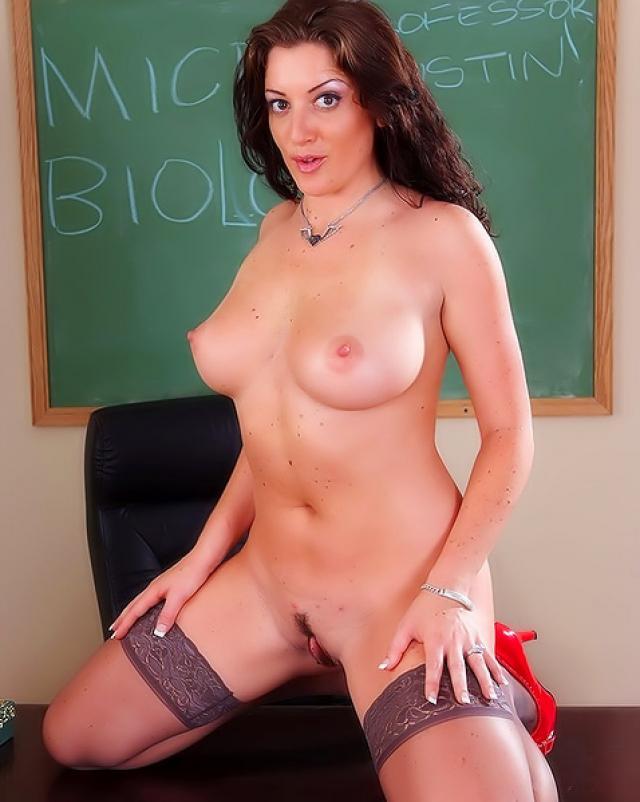 Студент жестко имеет учительницу в сексуальных чулках на столе