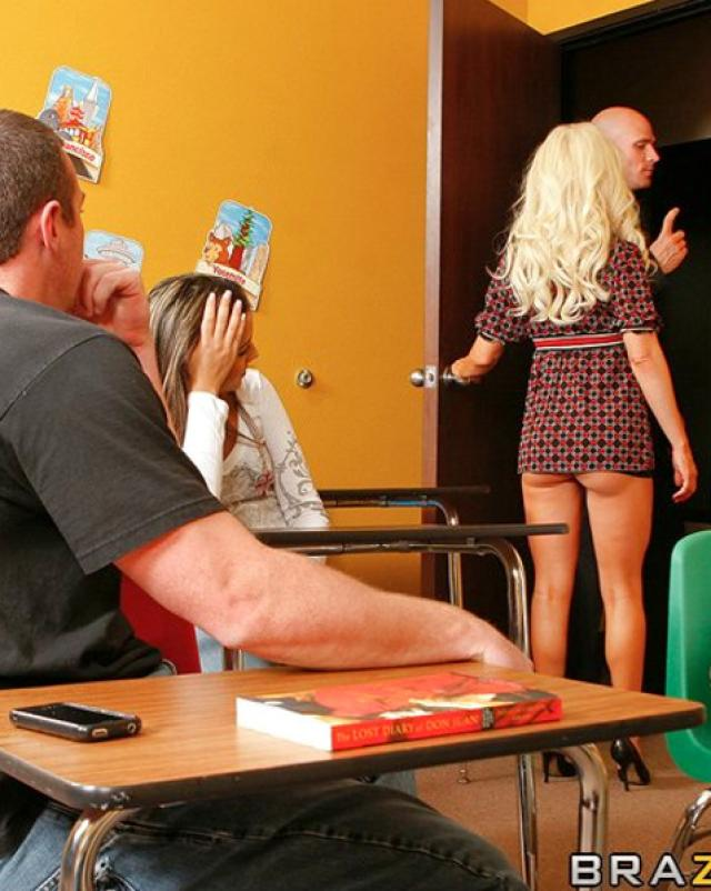 Училка с большими сиськами трахается с коллегой в университете