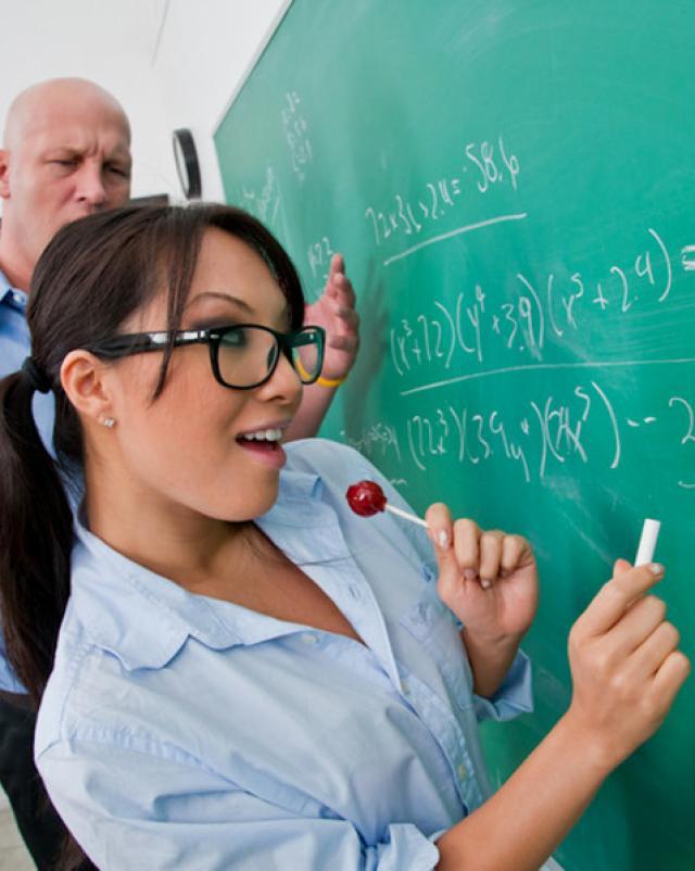 Студентка в очках делает минет преподавателю за зачет
