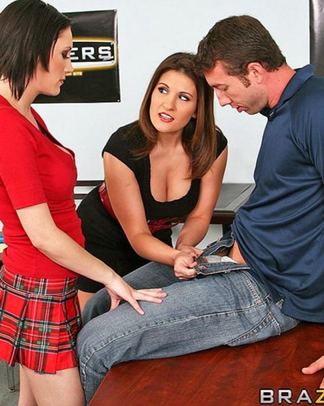 Учительница ебется с двумя студентами после лекции