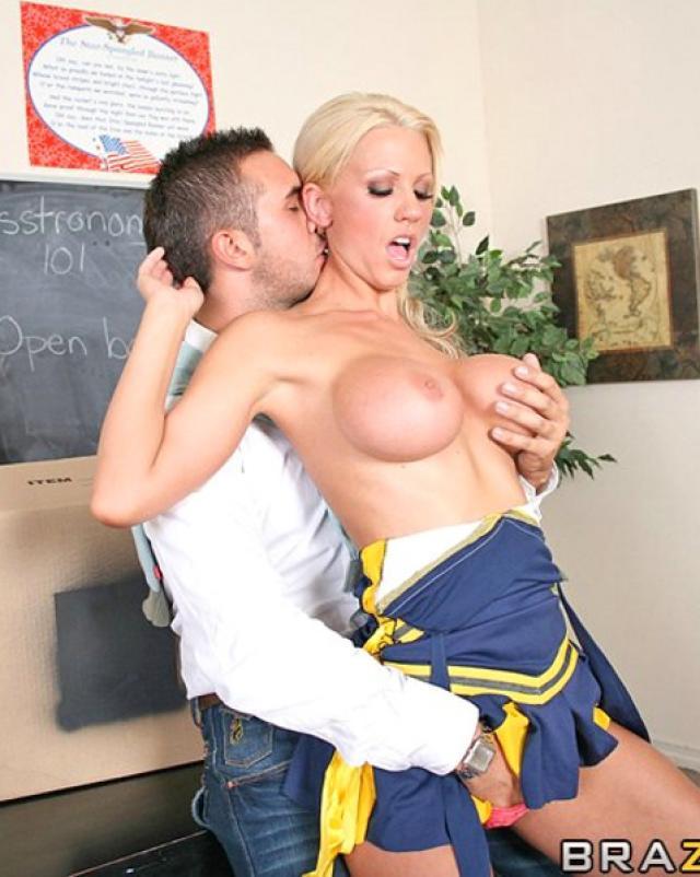Худая шлюха из колледжа долбится в пизду с учителем