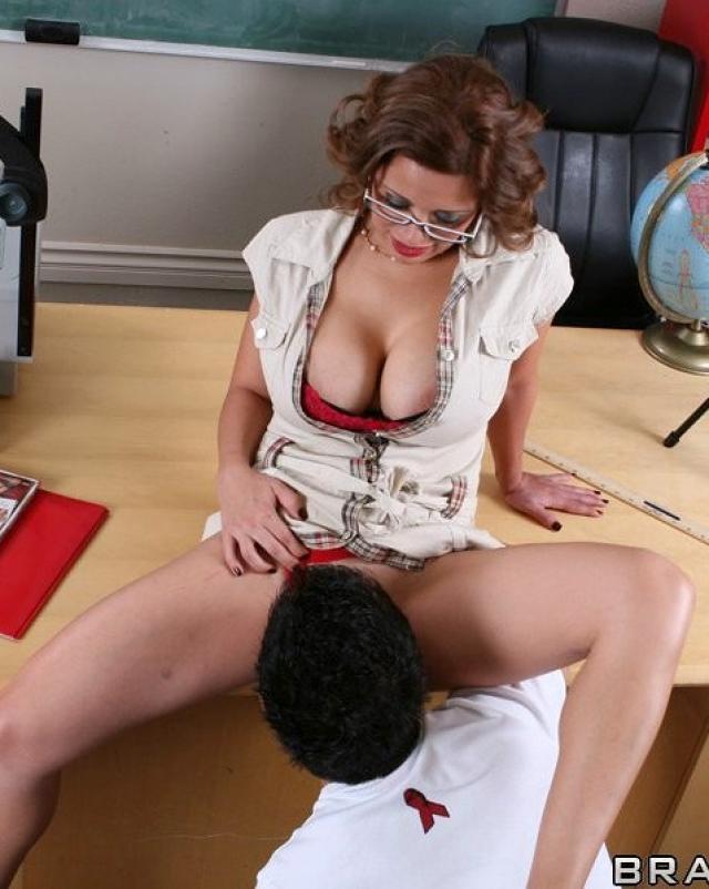 Училка в очках и ее половой акт в позе наездницы