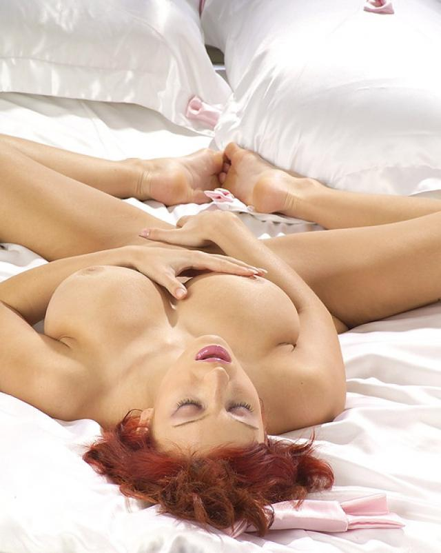 Рыжая пантера ласкает свою письку на кровати