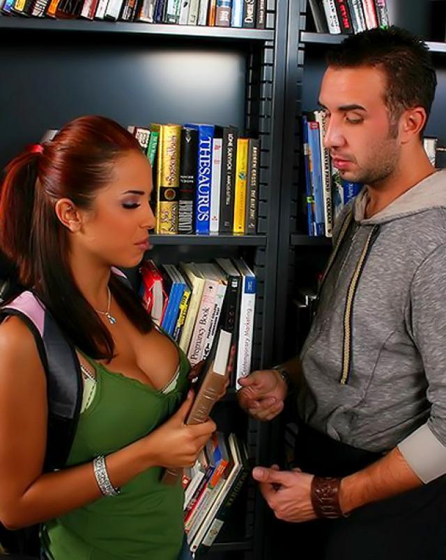 Парень совокупляется с учительницей в библиотеке