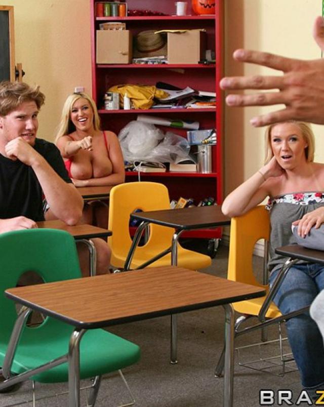 Училка с крупными сиськами жарко трахается в кабинете