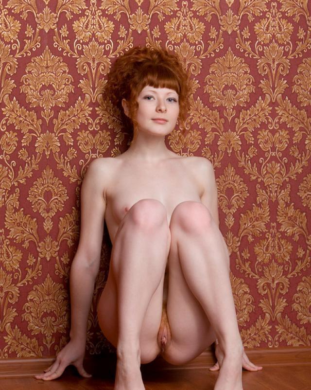 Рыжая шалунья с волосатым лобком любит сниматься