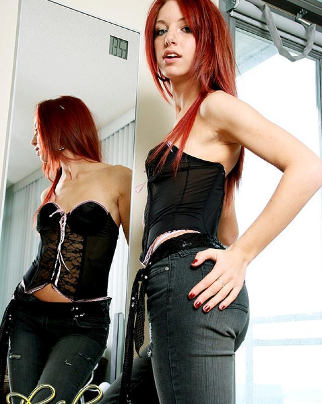 Юная сучка с рыжими волосами сняла штанишки и тонкие трусики