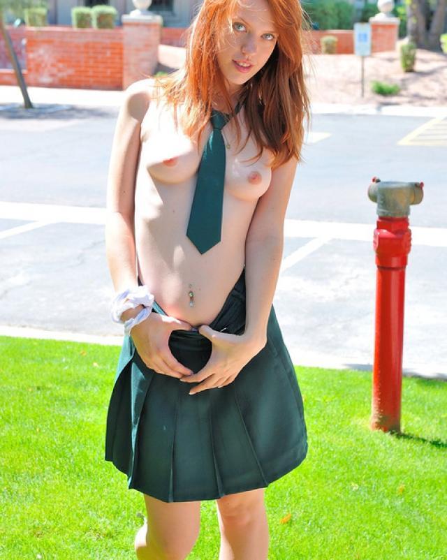 Рыжая студентка сняла свою форму чтобы похвастаться тельцем