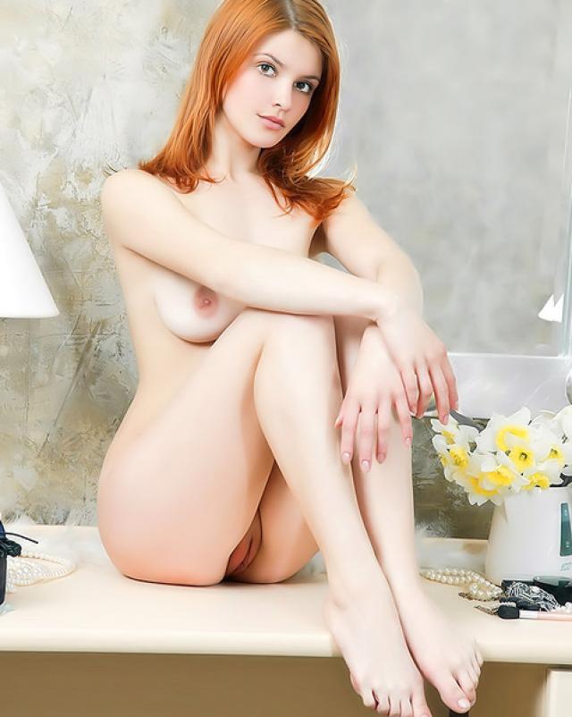 Красивая рыжая сучка отдыхала в ванной комнате