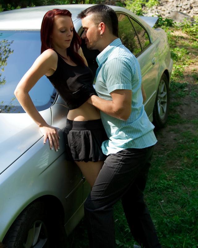 Горячий секс возле машины