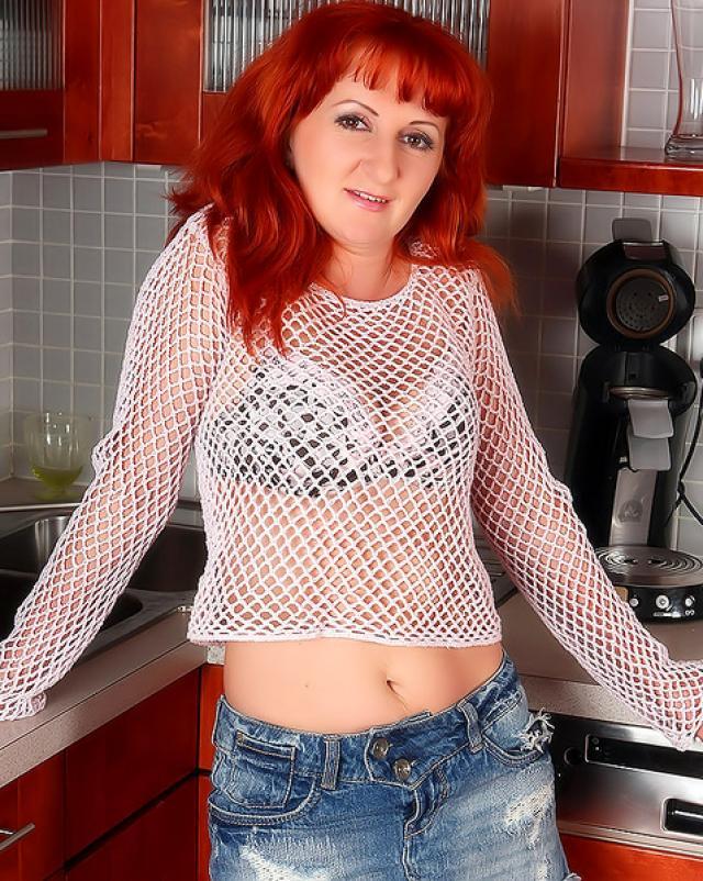 Шикарная русская дама на кухонном столе