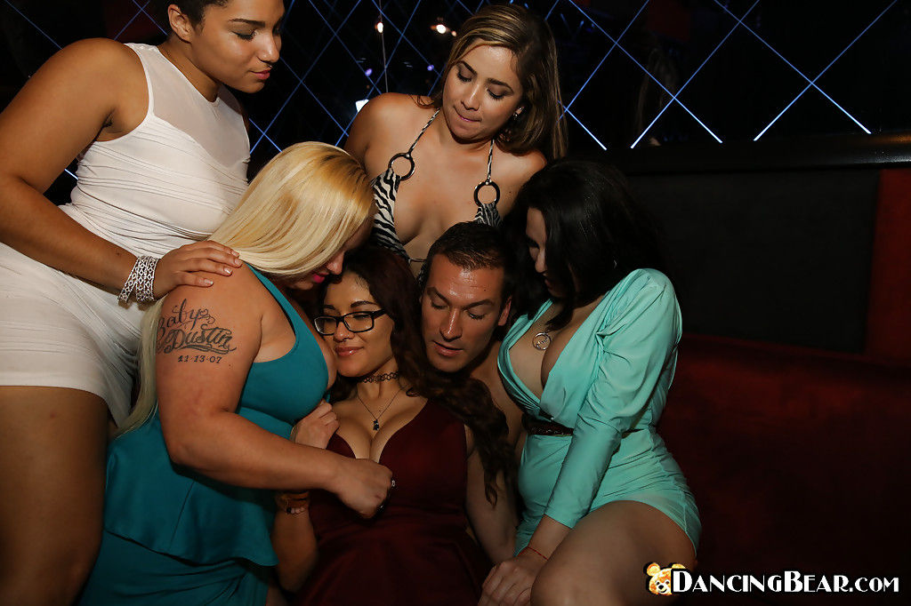Напившиеся русские мамочки позволяют себе вольности в клубе