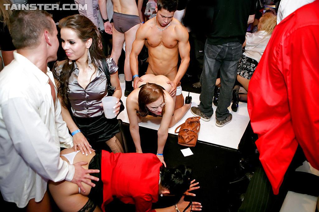 Русские шлюхи под выпивкой вытворяют минет на закрытой вечеринке