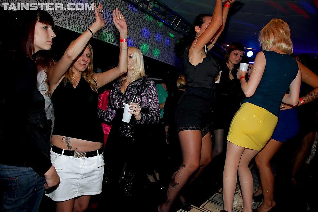 Русские телки под коктейлями трахаются с горячими танцорами