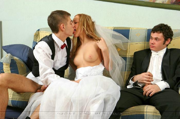 Фраер трахает свою красавицу-жену на пару с лучшим другом