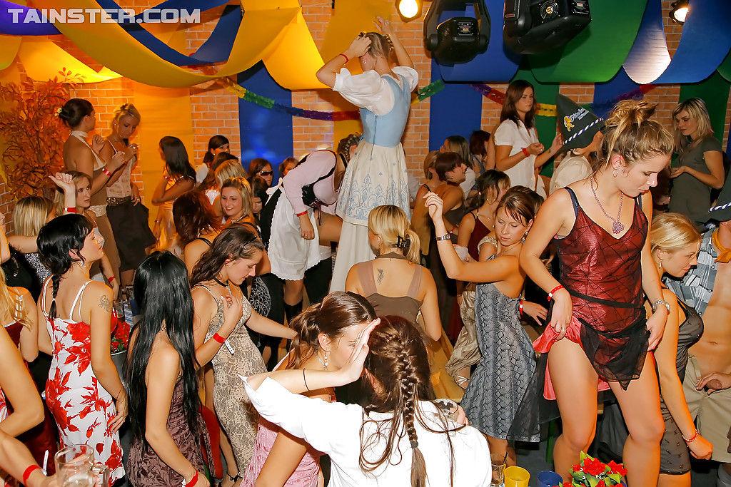 Русские девушки дико отсасывают хуи случайных мужчин на тусовке