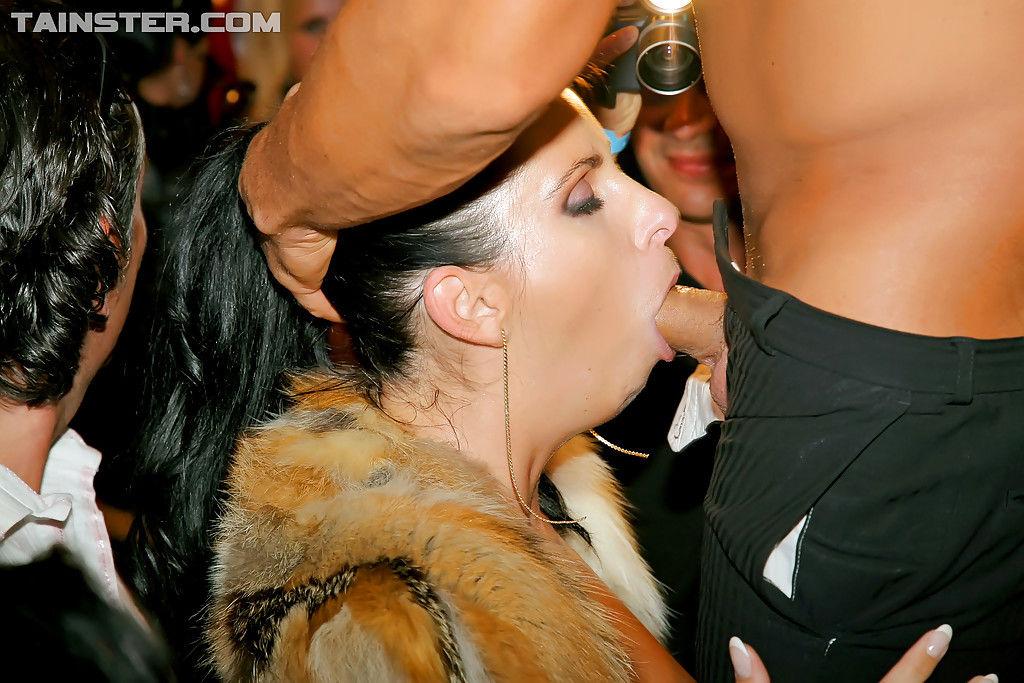 Русские женщины пьют алкоголь и трахаются на вечеринке