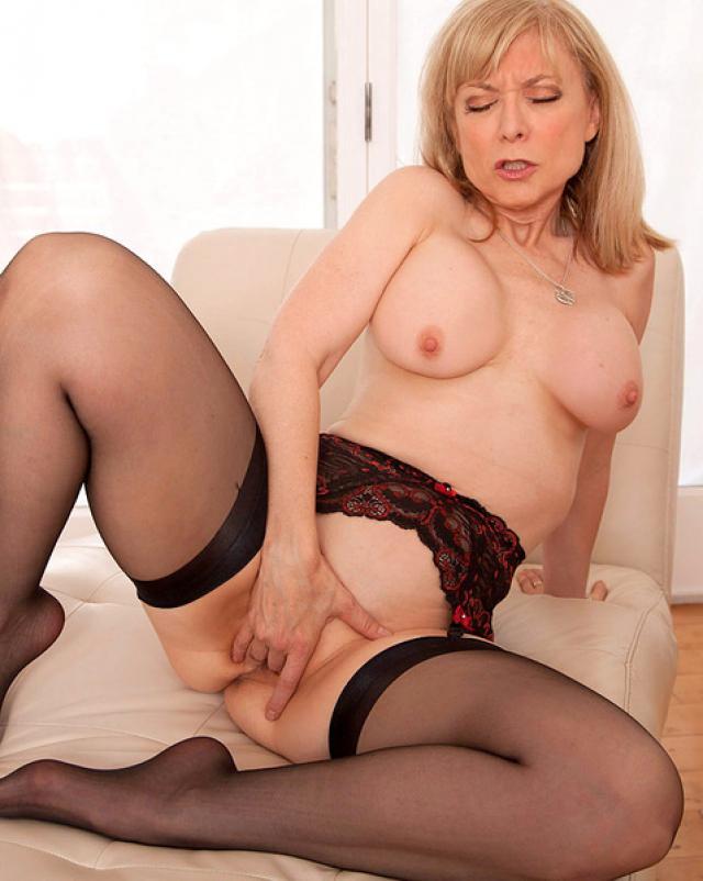 Зрелая женщина в колготках мастурбирует письку
