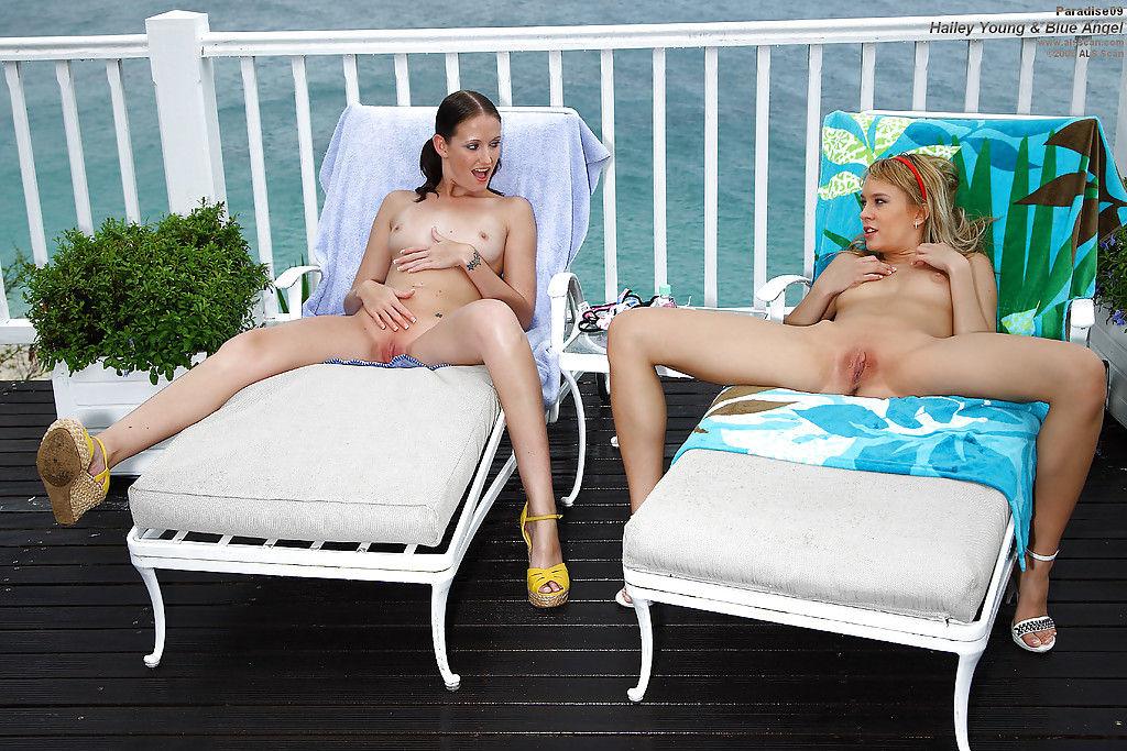 Две лесбиянки в бикини устроили фистинг для своих писек