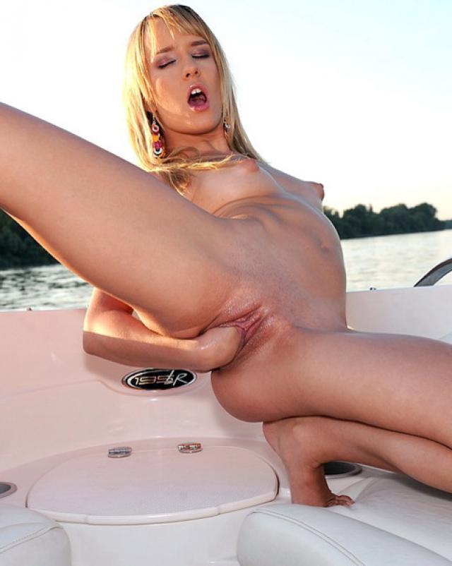 Блондинка наслаждается фистингом на лодке
