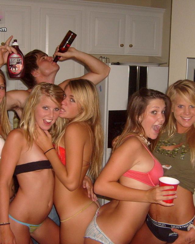Сексуальные телки шалят на скромной вечеринке