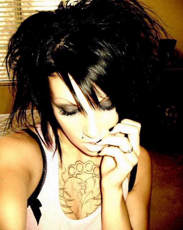 Татуированная барышня выкладывает пикантные снимки