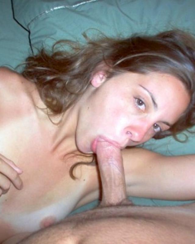 Красивая телка делает минет на порно фото других сучек