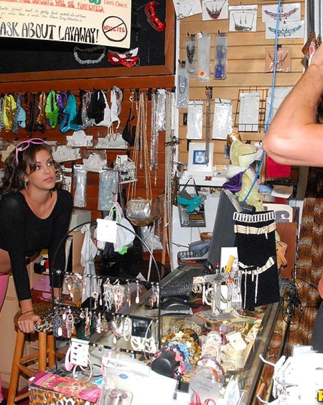 Продавец безделушек трахнул латинскую незнакомку на рабочем посту