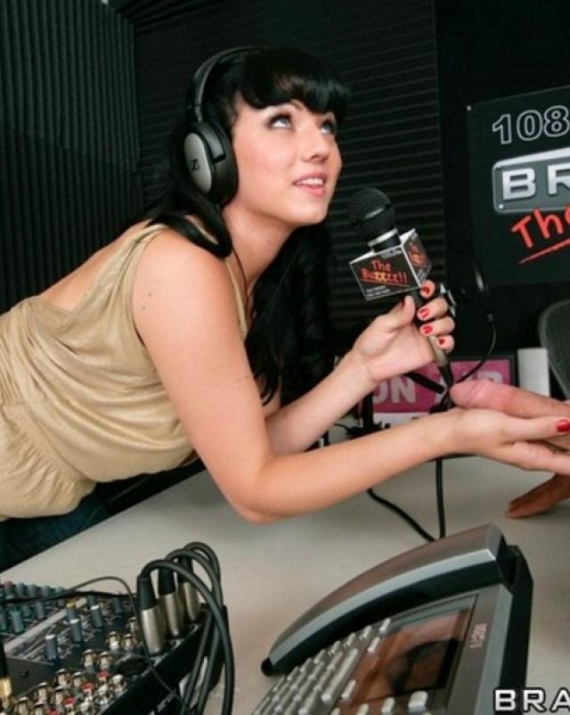 Шлюха с радио делает минет для коллеги на публике