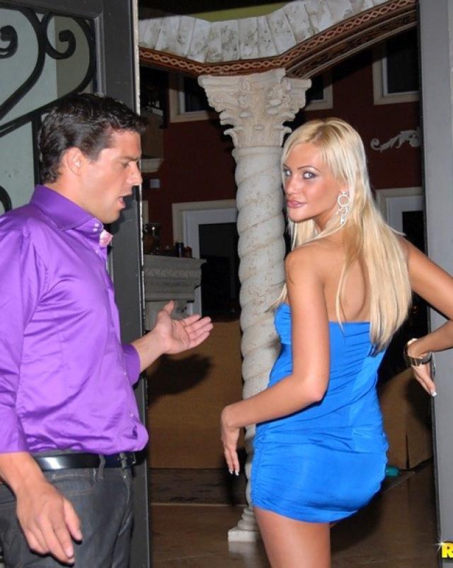 Элитная шлюха в платье трахается с мускулистым парнем