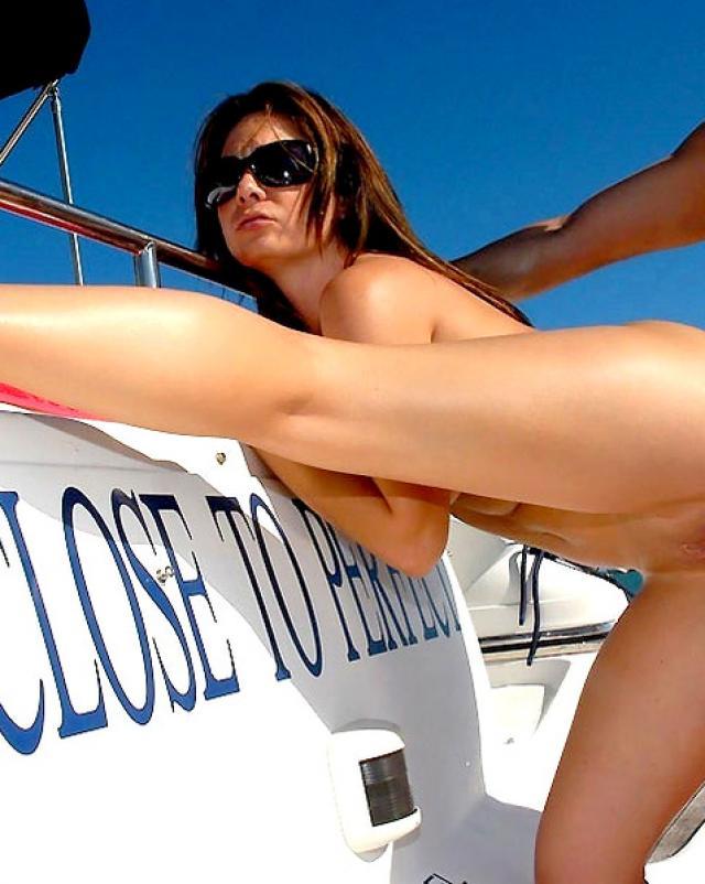 Серфер имеет анал брюнетки в сексуальном купальнике