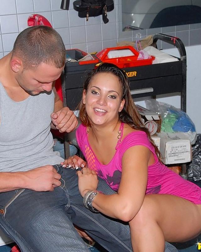 Механик реально трахает горячую женщину в гараже