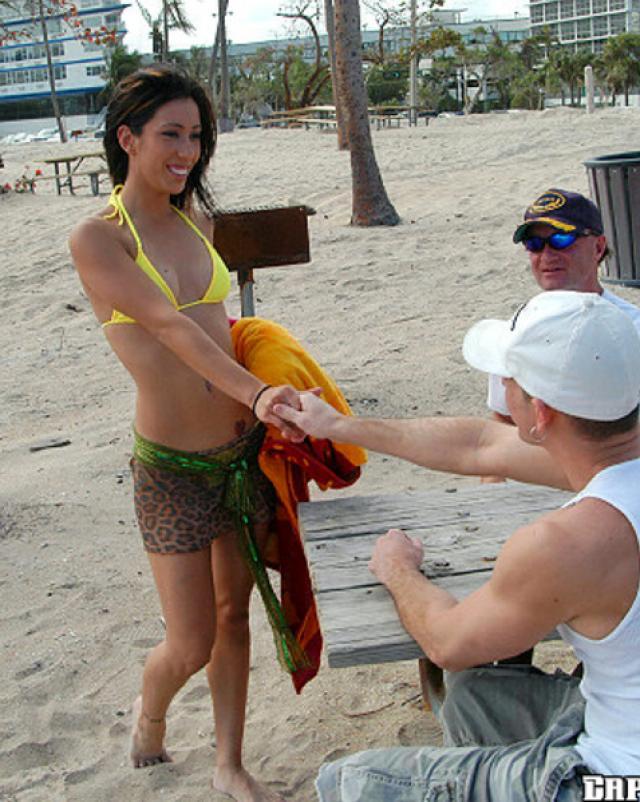 Телочка в бикини делает реальный минет на лодке