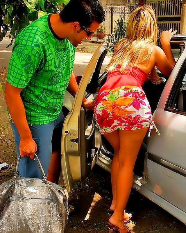 Мужик в презервативе жарит попку горячей бразильянки