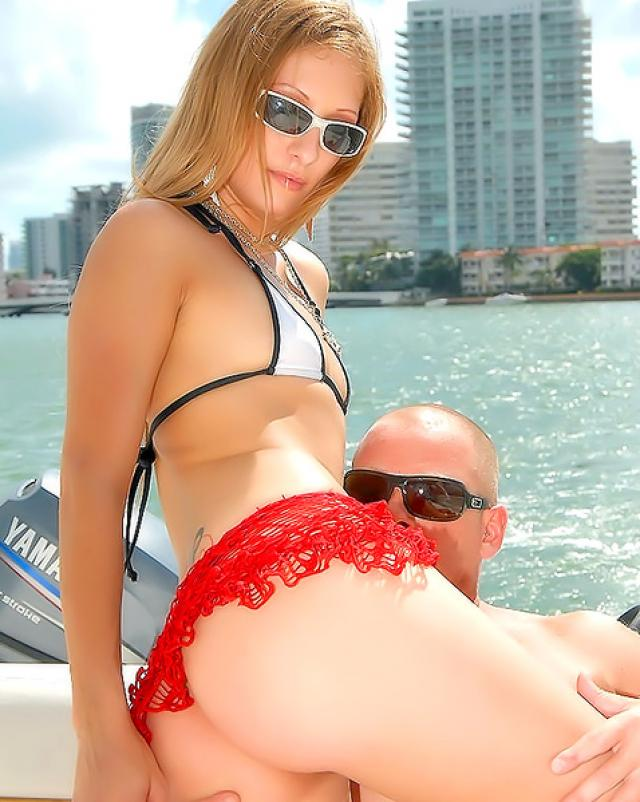 Предложил прокатится на катере, а сам трахнул девушку в попку