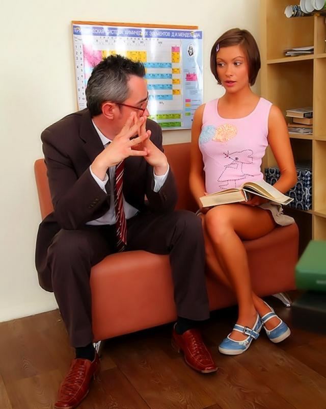 Предложила учителю дополнительные занятия за секс