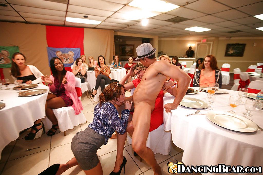 Танцующий парень трахает пьяных девушек в рот по очереди