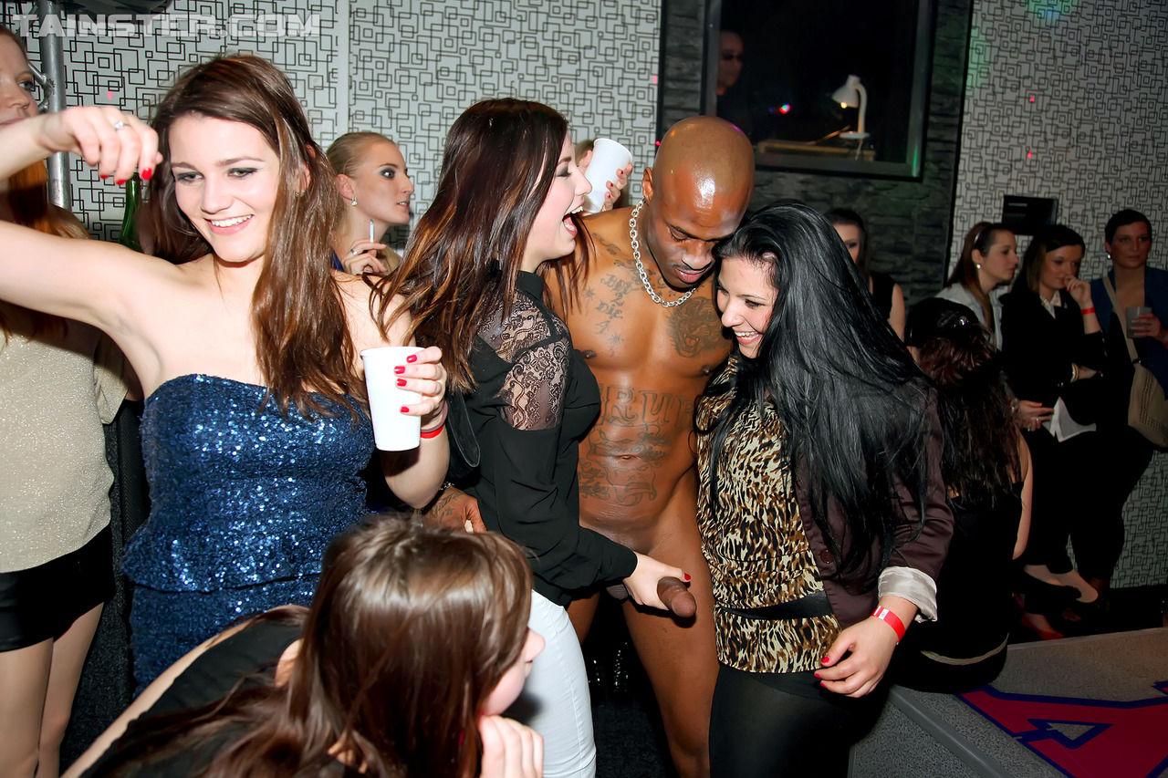 Пьяные красотки облизывают члены танцоров на празднике