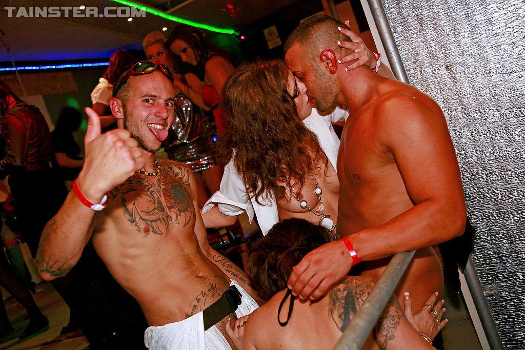 Пьяные бабы отдаются всем желающим в пезды и в рот на дискотеке