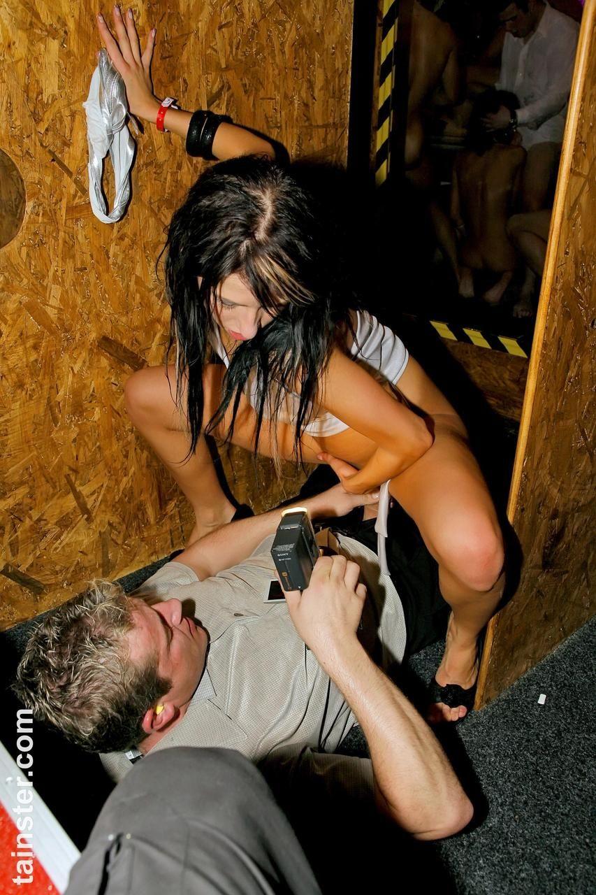 Оргия с пьяными давалками на полу ночного клуба