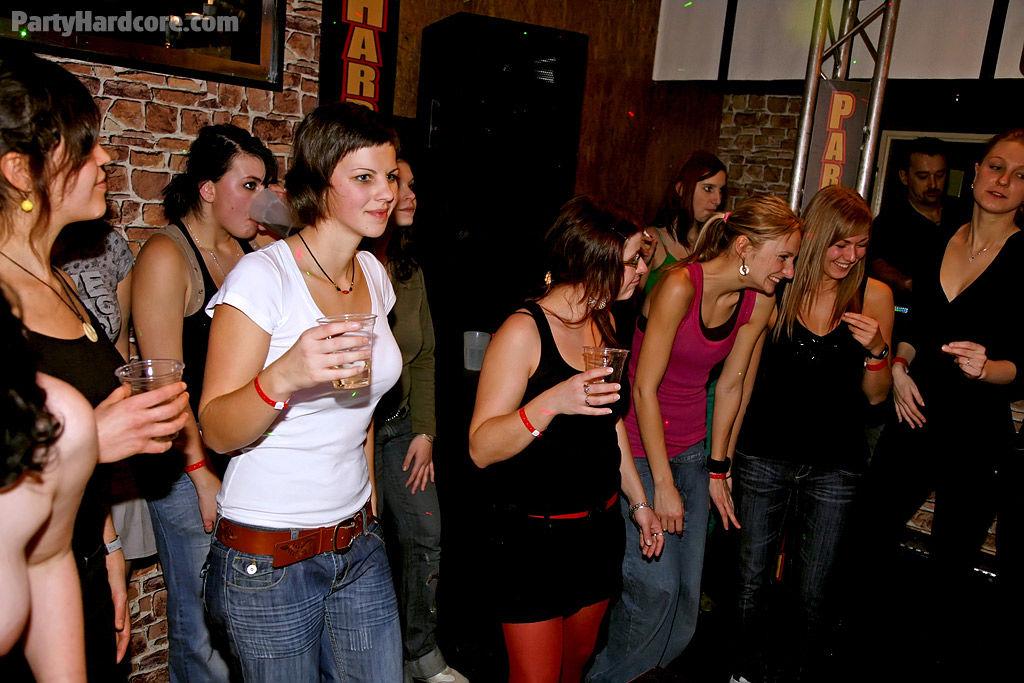 Опьяневшие сучки дают жару трахаясь с незнакомыми членами на вечеринке