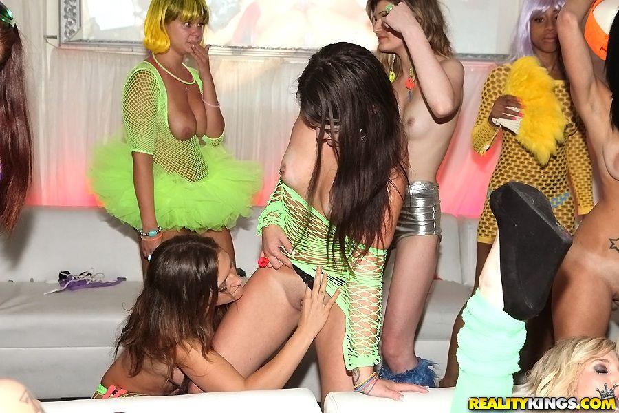 Пьяные бисексуалки отдаются парням на вечеринке