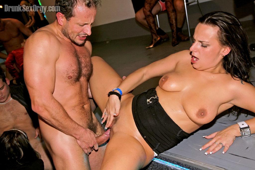 Порно вечеринка с пьяными молодыми девушками посреди клуба